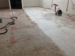 To clean up the floor and remove lippage we use coarse metal diamonds during the first few grinding steps.